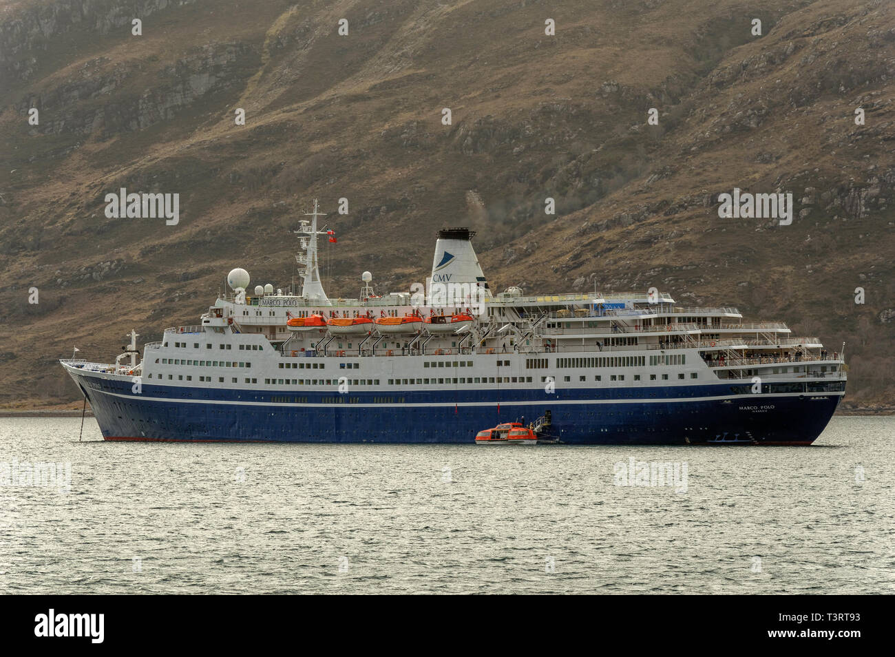 ULLAPOOL ROSS AND CROMARTY SCOTLAND LINER MARCO POLO ANCHORED OFF ULLAPOOL IN LOCH BROOM TRANSPORTING PASSENGERS IN A LIFEBOAT INTO THE TOWN - Stock Image