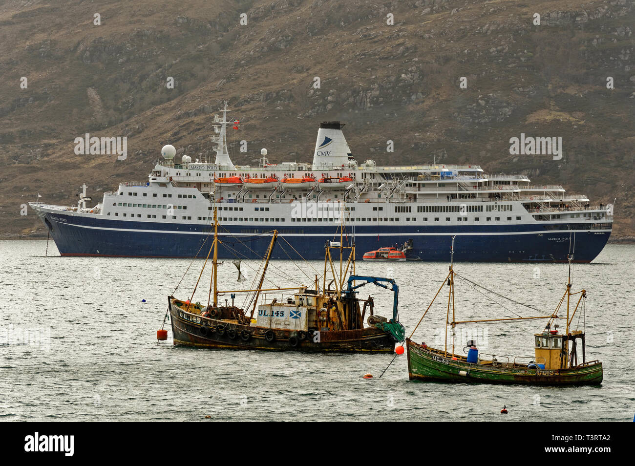 ULLAPOOL ROSS AND CROMARTY SCOTLAND LINER MARCO POLO ANCHORED OFF ULLAPOOL IN LOCH BROOM WITH TWO OLD FISHING BOATS - Stock Image
