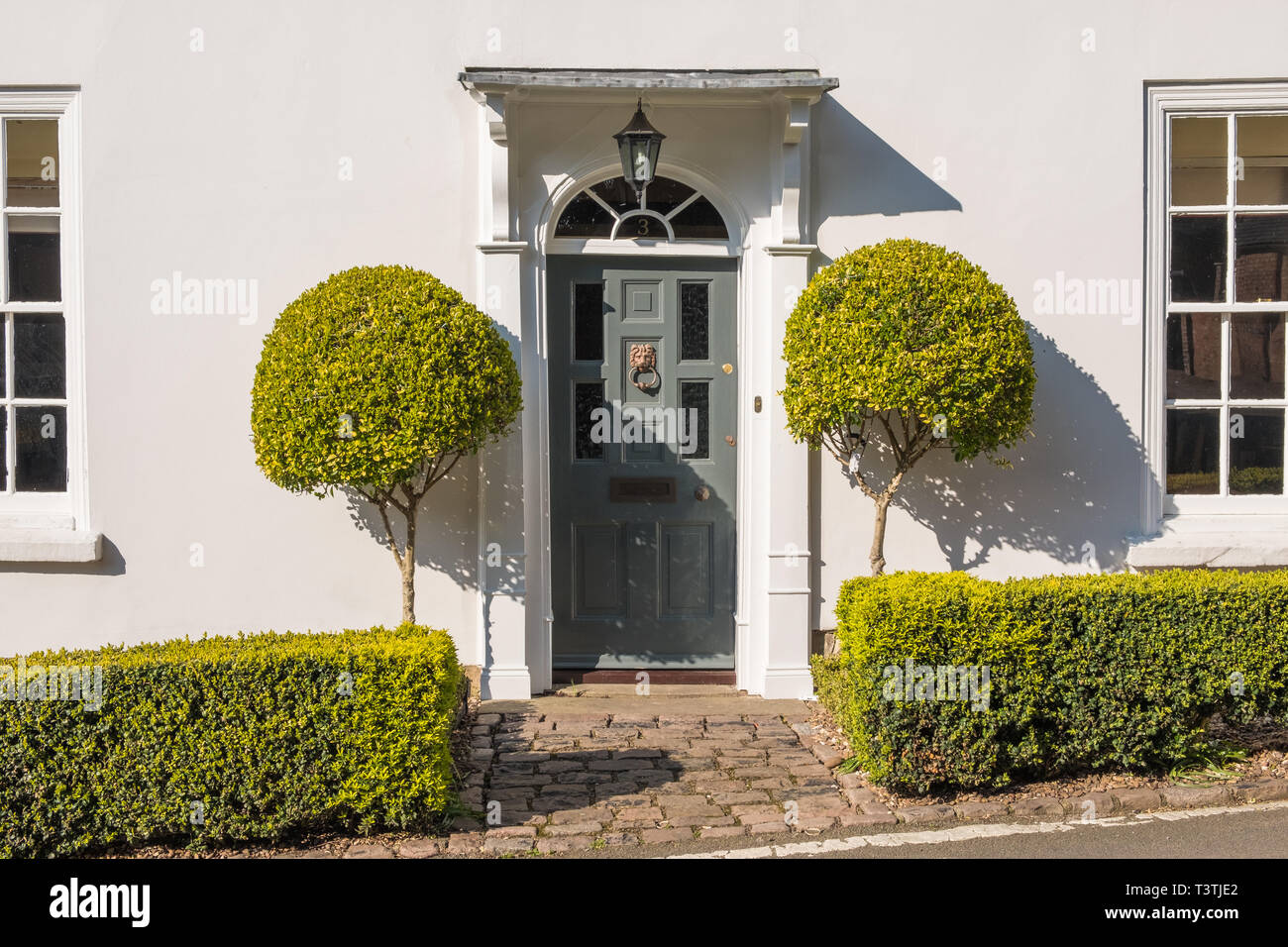 Attirant Smart Georgian Style Front Door To House With Box Hedge And ...