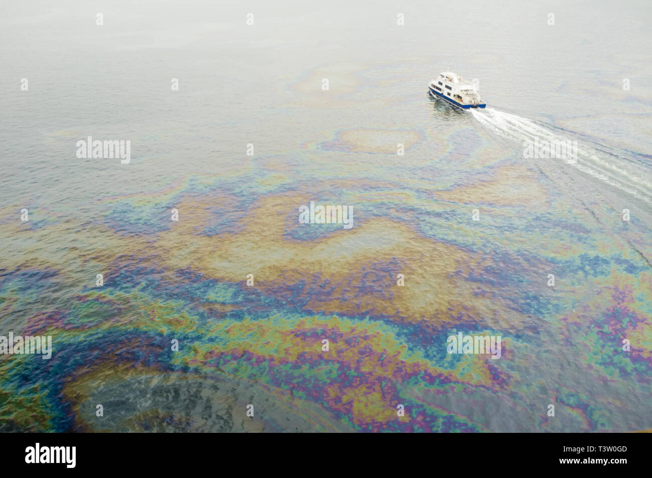 Oil spills below Rio-Niteroi bridge, Guanabara Bay, Rio de Janeiro, Brazil - the bay has been heavily impacted by urbanization, deforestation, and pollution of its waters with sewage, garbage, and oil spills. - Stock Image