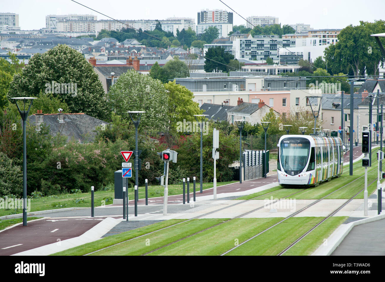 Angers, moderne Straßenbahn, Durchfahrt Institut de Biologie en Santé, CHU Angers - Angers, modern Tramway, Passage Institut de Biologie en Santé, CHU - Stock Image
