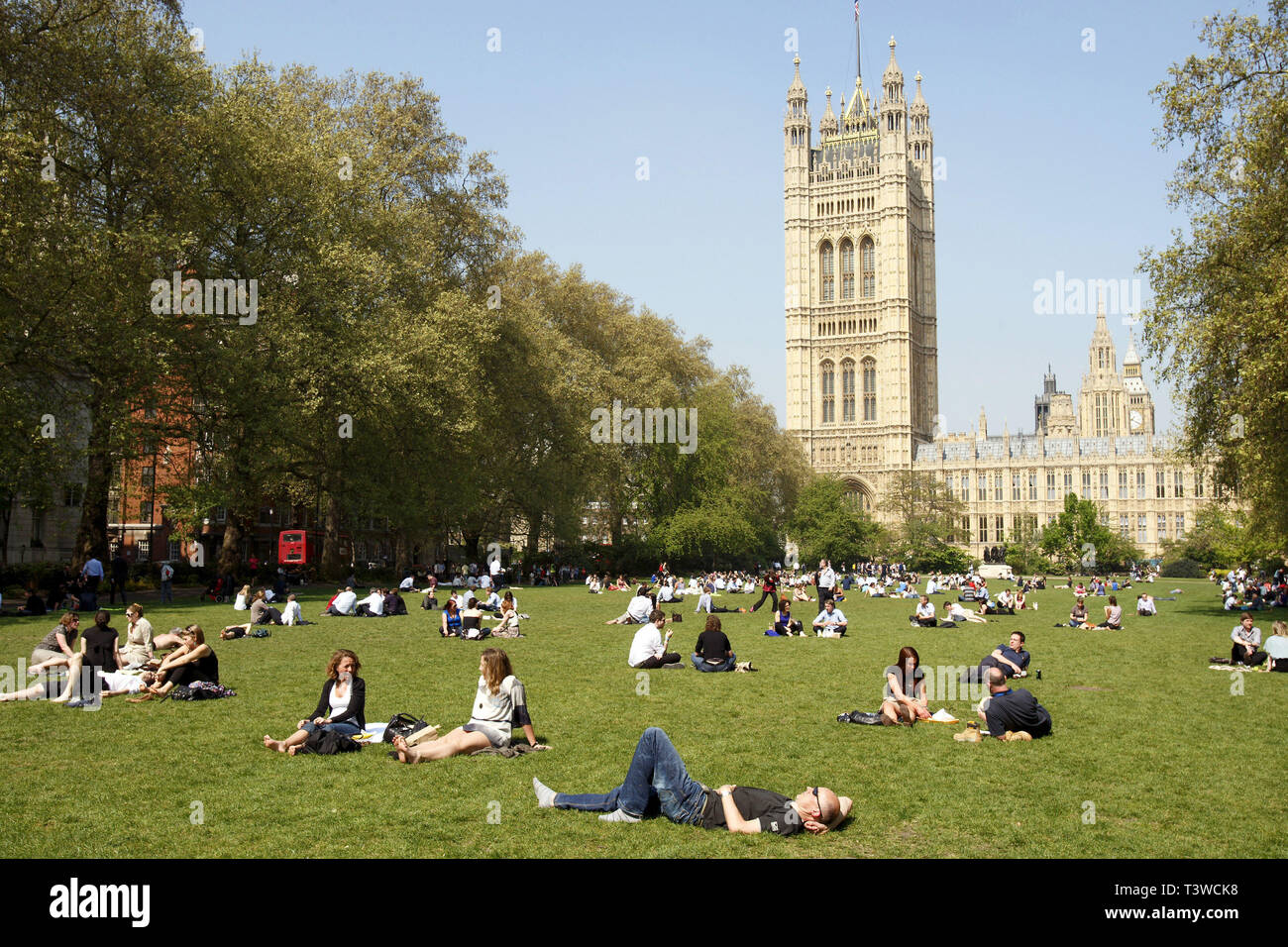 A sunny day at Victoria Tower Gardens in Westminster. People enjoying the hot weather, London. 20.4.2011 - Stock Image