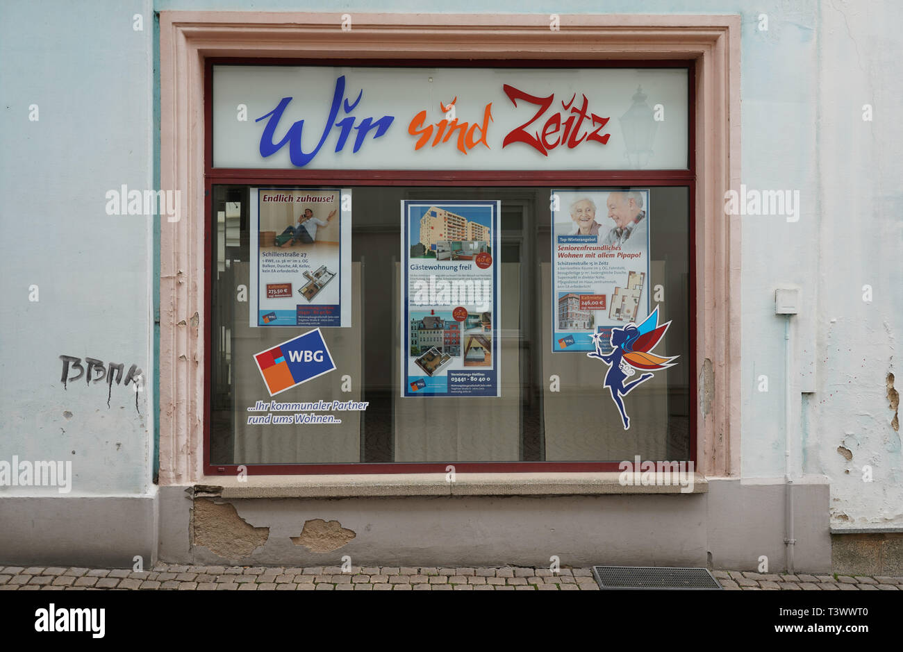 Zeitz, Germany. 26th Mar, 2019. A shop window of the Wohnungsbaugesellschaft Zeitz mbH with the lettering 'Wir sind Zeitz' in the Kramerstraße in Zeitz. In a dpa discussion with a city tour, the mayor of Zeitz commented on topics such as coal withdrawal and structural change. (to dpa 'Hot topic coal: Zeitz wants to be 'cool' in the Central German Ruhr') Credit: Peter Endig/dpa/Alamy Live News - Stock Image