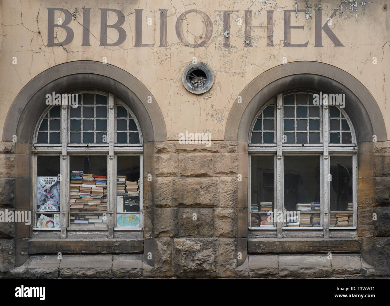 Zeitz, Germany. 26th Mar, 2019. A house with the lettering 'Bibliothek' on Rahnstraße in Zeitz. In a dpa discussion with a city tour, the mayor of Zeitz commented on topics such as coal withdrawal and structural change. (to dpa 'Hot topic coal: Zeitz wants to be 'cool' in the Central German Ruhr') Credit: Peter Endig/dpa/Alamy Live News - Stock Image