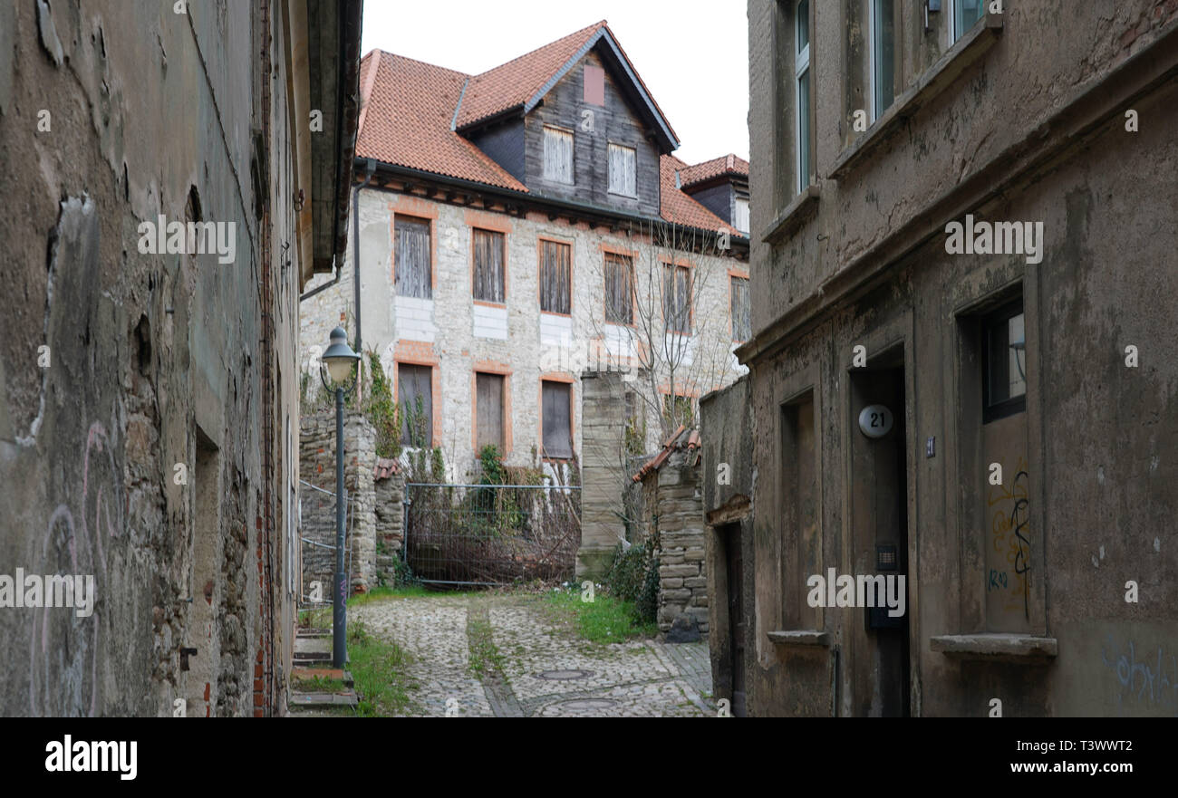 Zeitz, Germany. 26th Mar, 2019. A structurally secured house at Brühl in Zeitz. In a dpa discussion with a city tour, the mayor of Zeitz commented on topics such as coal withdrawal and structural change. (to dpa 'Hot topic coal: Zeitz wants to be 'cool' in the Central German Ruhr') Credit: Peter Endig/dpa/Alamy Live News - Stock Image