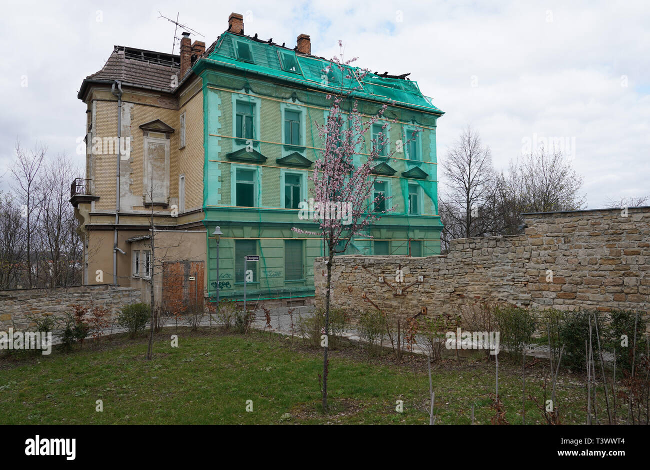 Zeitz, Germany. 26th Mar, 2019. An unrenovated house at the city wall in Zeitz. In a dpa discussion with a city tour, the mayor of Zeitz commented on topics such as coal withdrawal and structural change. (to dpa 'Hot topic coal: Zeitz wants to be 'cool' in the Central German Ruhr') Credit: Peter Endig/dpa/Alamy Live News - Stock Image