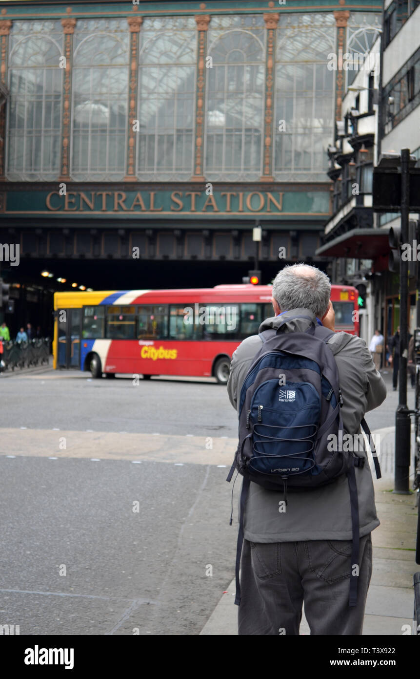 Bus spotter on Argyle Street, Glasgow, Scotland - Stock Image