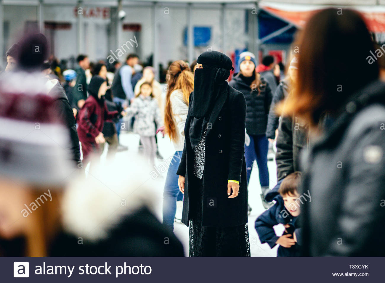 A woman with a niqab is ice skating at the end of year celebrations in New York on December 31, 2018. Une femme avec un niqab fait du patin à glace lo - Stock Image