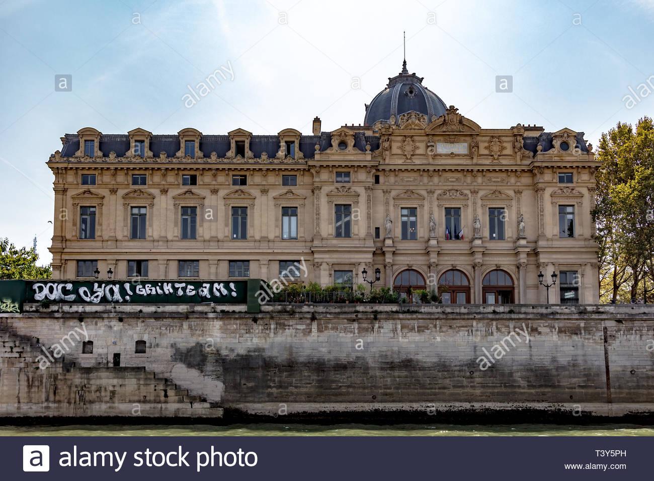 The Commercial Court, from the Seine. August 28, 2018, Paris, France. Le Tribunal de Commerce, depuis la Seine. 28 août 2018, Paris, France. - Stock Image