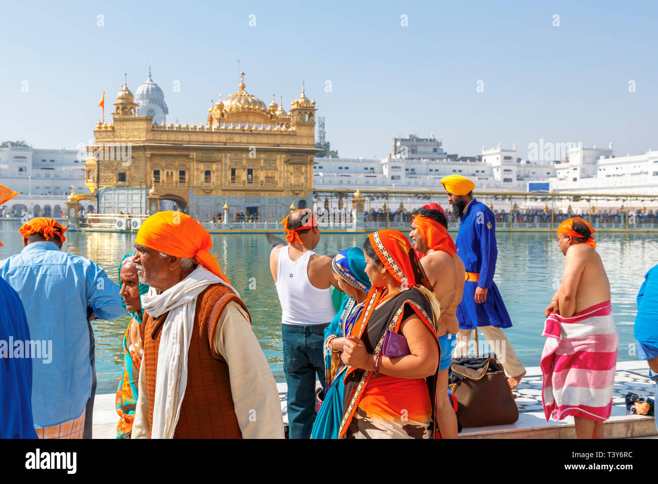 Local Indian Sikh people at the pool of the Golden Temple of Amritsar, the holiest Gurdwara and pilgrimage site of Sikhism, Amritsar, Punjab, India - Stock Image