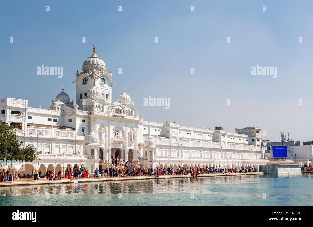 Golden Temple of Amritsar (Sri Harmandir Sahib, Darbar Sahib) and pool, the holiest Gurdwara and pilgrimage site of Sikhism, Amritsar, Punjab, India - Stock Image
