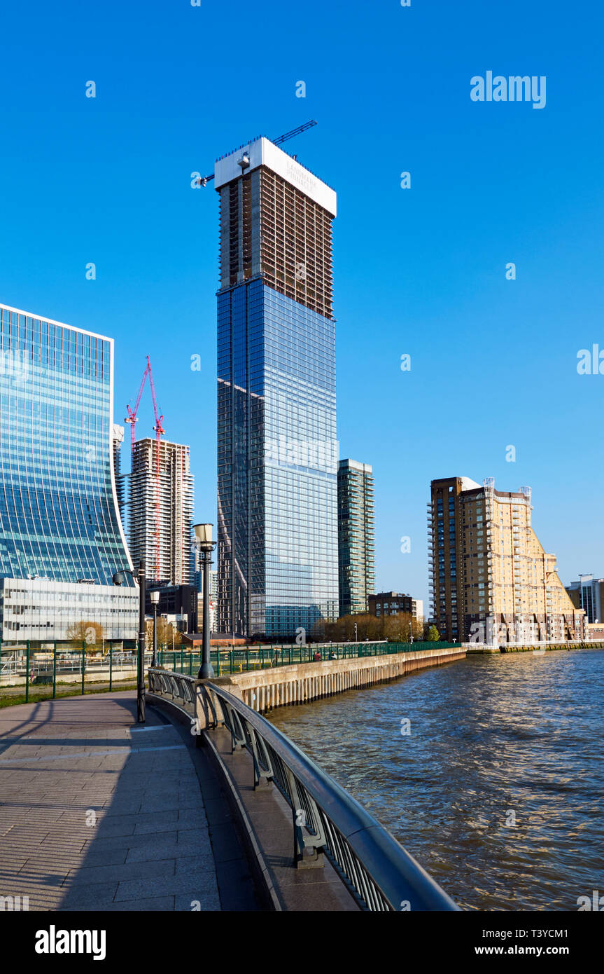 The new Landmark Pinnacle building under construction at Canary Wharf, by the River Thames, in London Docklands, UK - Stock Image