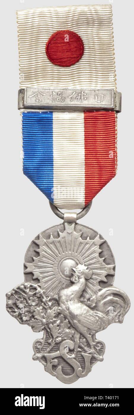 Médaille de la Société 'France - Japon, en argent, barrette 'Société France - Japon', période 1900, en argent, Additional-Rights-Clearance-Info-Not-Available - Stock Image