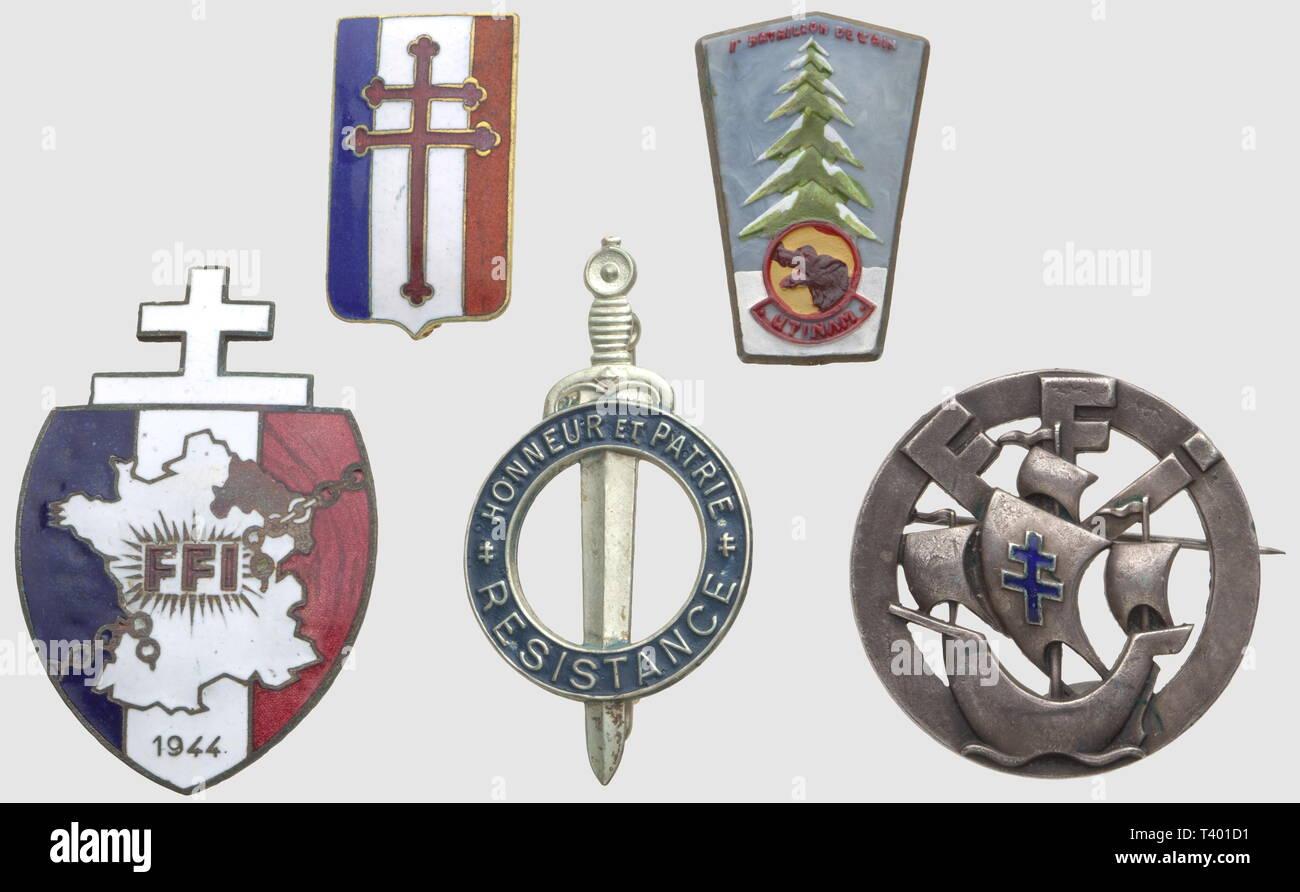 """RESISTANCE ET FORCES FRANCAISES LIBRES, Lot de cinq insignes métalliques, comprenant l'insigne du Groupement Résistance (qui deviendra """"Honneur et Patrie"""", métal léger matricé et peint, SNF), l'insigne du 1er Bataillon de l'Ain (Bataillon Colin, en plastique peint, SNF, attache cassée), l'insigne émaillé des FFI de la Région C matriculé 2458 (poincon AB sur boléro), l'insigne de la 10ème DI des FFI de Paris matriculé 17904 (AB Paris) et un insigne émaillé à Croix de Lorraine de la France Libre (Résistance ou Libération, SNF, attache manquante), Additional-Rights-Clearance-Info-Not-Available Stock Photo"""