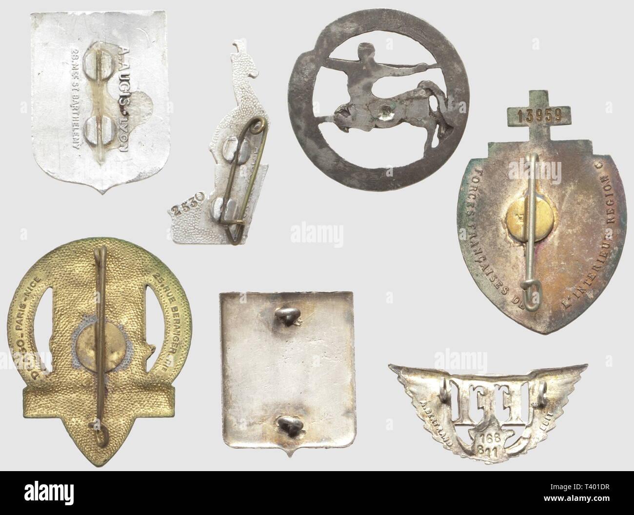 """RESISTANCE ET FORCES FRANCAISES LIBRES, Lot de sept insignes métalliques, comprenant l'insigne de la Brigade Carnot (modèle tout métal, SNF), l'insigne des FFi du Vercors (tout aluminium, matriculé 2530, A. A. Lyon), l'insigne de la Brigade des Maures (aluminium peint, A. A. Barth, attache manquante), l'insigne émaillé des FFI de la Région C (matriculé 13959, poincon AB sur boléro), l'insigne des FFI de Provence (modèle au centaure tout métal, SNF, attache manquante), l'insigne émaillé de la 1/2 Brigade """"La Marseillaise"""" (Dr. Bér.) et l'insigne g, Additional-Rights-Clearance-Info-Not-Available Stock Photo"""