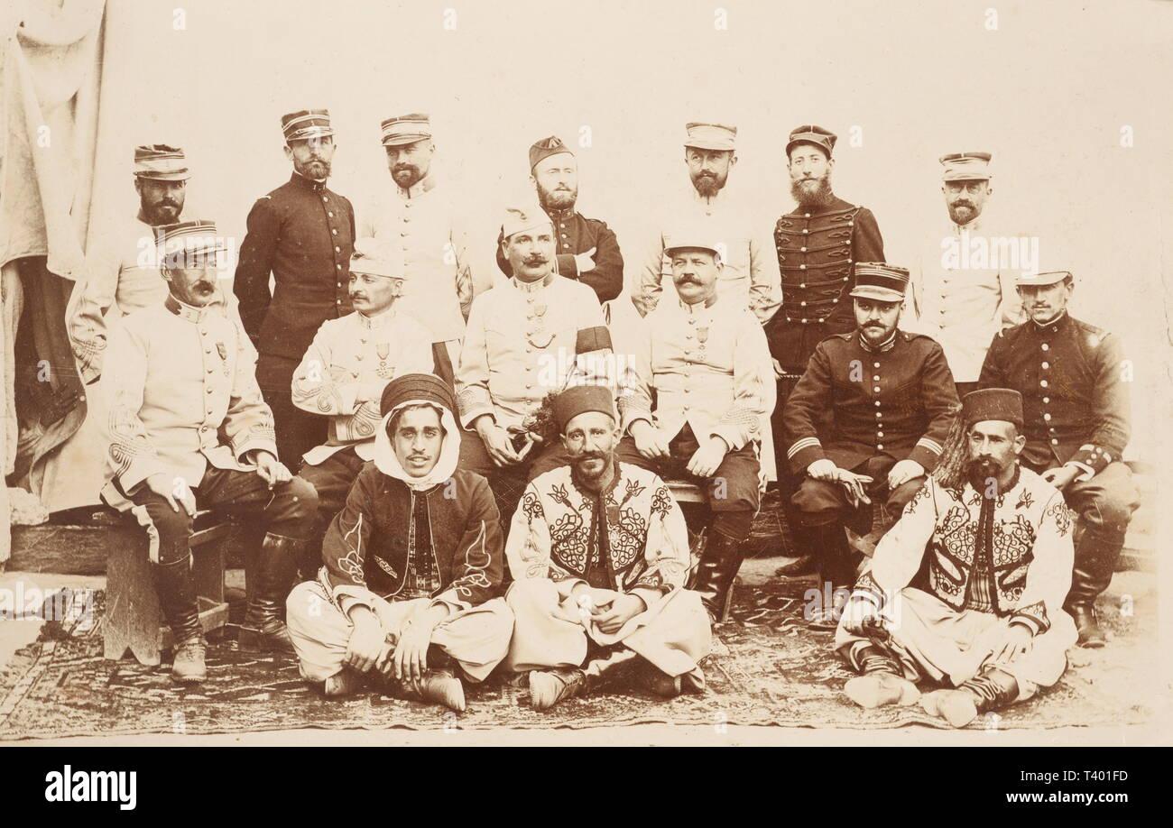 TROISIEME REPUBLIQUE 1870-1914, Plaque tombale 1920 et lot de photographies Sahara 1900, Lot de photographies légendées en format 13 x 18 cm, prises entre 1901 et 1908 en Algérie (Geryville, Beni Ablès, etc...) et au Maroc. Photos de paysages, de monuments, 'd'indigènes', photos de soldats et officiers de l'Armée d'Afrique (tirailleurs, spahis), ainsi qu'un groupe d'officiers dont 3 en tenue à l'orientale. Grande plaque tombale en marbre et bronze avec grande palme, motifs patriotiques et militaires et une photo N&B d'un capitaine des troupes col, Additional-Rights-Clearance-Info-Not-Available - Stock Image