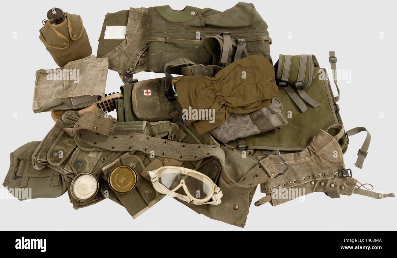 """GUERRE D'INDOCHINE - GUERRE D'ALGERIE, Divers équipements Indochine/Algérie, Harnais dorsal pour 3 obus de mortier de 81 mm, harnais de transport pour 8 obus de 60 mm et pièces de rechange/accessoires, housse de protection toile/cuir pour l'AA52, sac à paquetage M-45, paire de guêtres M-51 (et sangle sous-pied supplémentaire), trousse de toilette et rasoir """"Gillette"""", porte-chargeurs TAP M-50/53, paire de cartouchières TAP 50/51, paire de surgants en nylon, trousse de toilette, trois portes-grenades (2 toutes armes, un TAP), bidon M-52 toutes arm, Additional-Rights-Clearance-Info-Not-Available Stock Photo"""