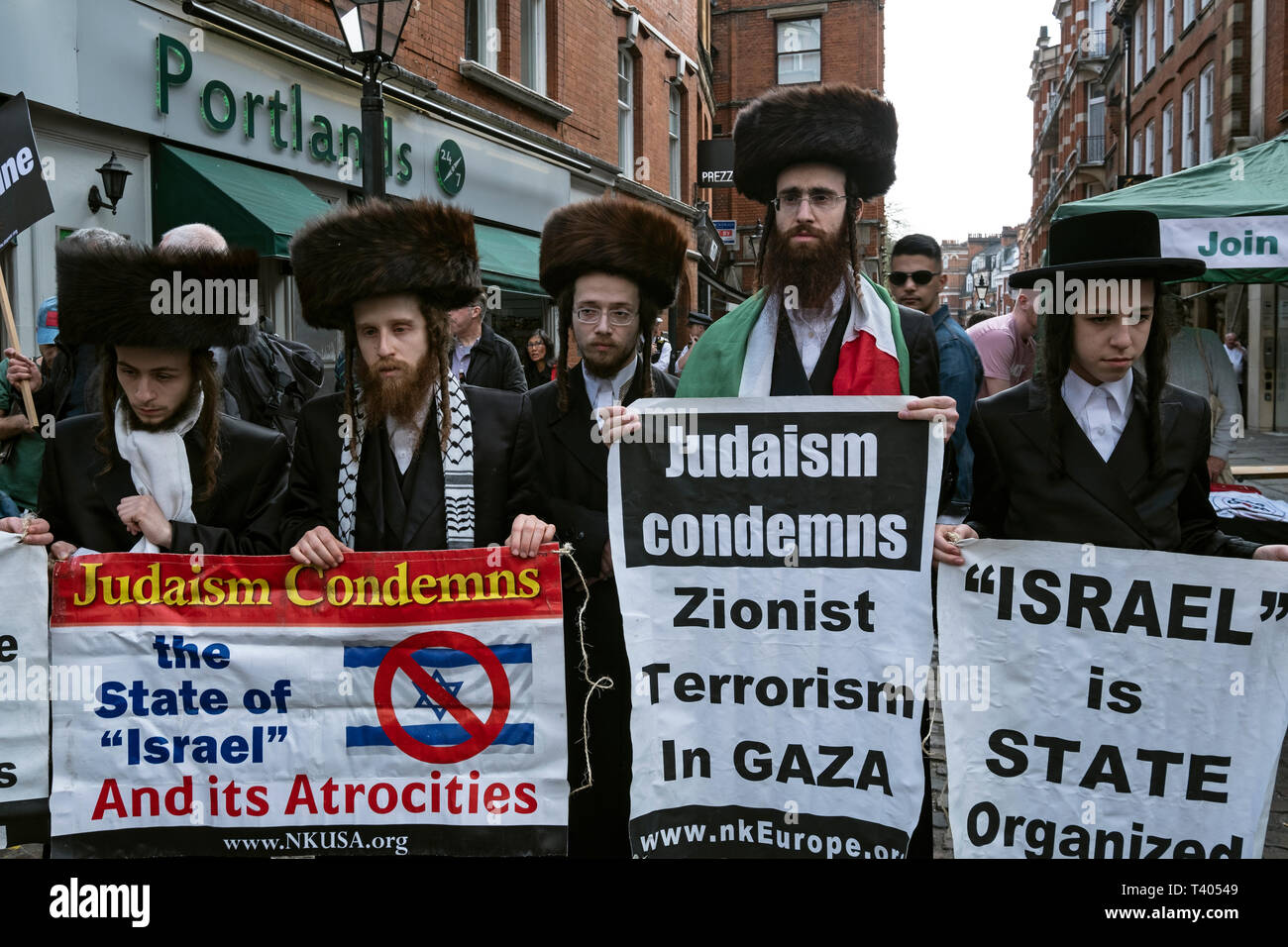 Anti Zionist Orthodox Jews at rally for Palestine outside the Israeli Embassy: Exist,Resist, Return. A global call for solidarity on the 1st anniversary of the start of the Great Return March. - Stock Image