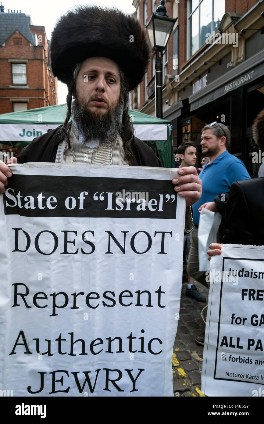 Anti Zionist Orthodox Jews at rally for Palestine outside the Israeli Embassy: Exist,Resist, Return. A global call for solidarity on the 1st anniversary of the start of the Great Return March. Stock Photo