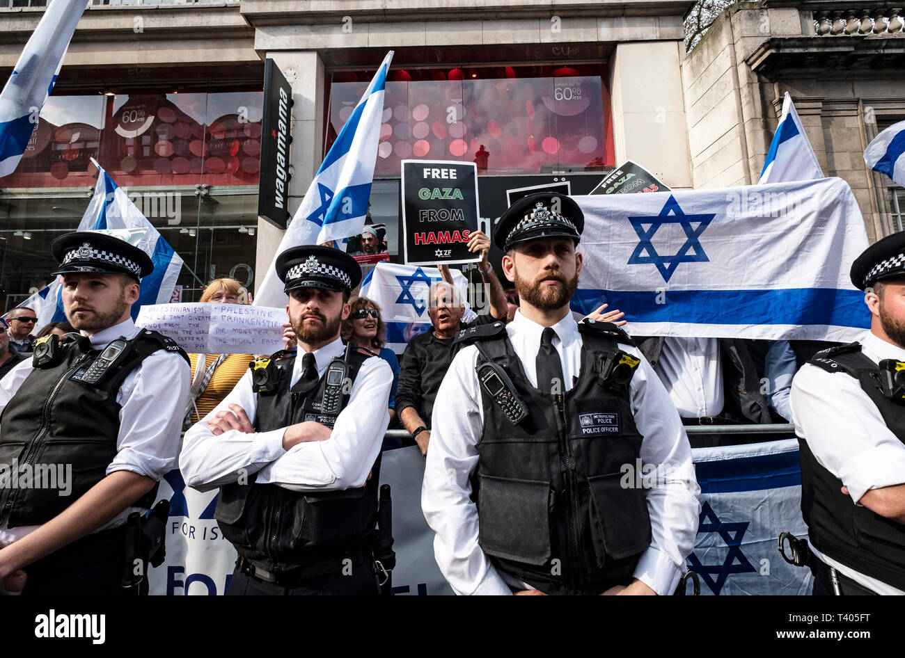 Israeli group being protected behind barrier outside the Israeli Embassy during a rally by Palestinians in London. Exist,Resist, Return. A global call for solidarity on the 1st anniversary of the start of the Great Return March. - Stock Image