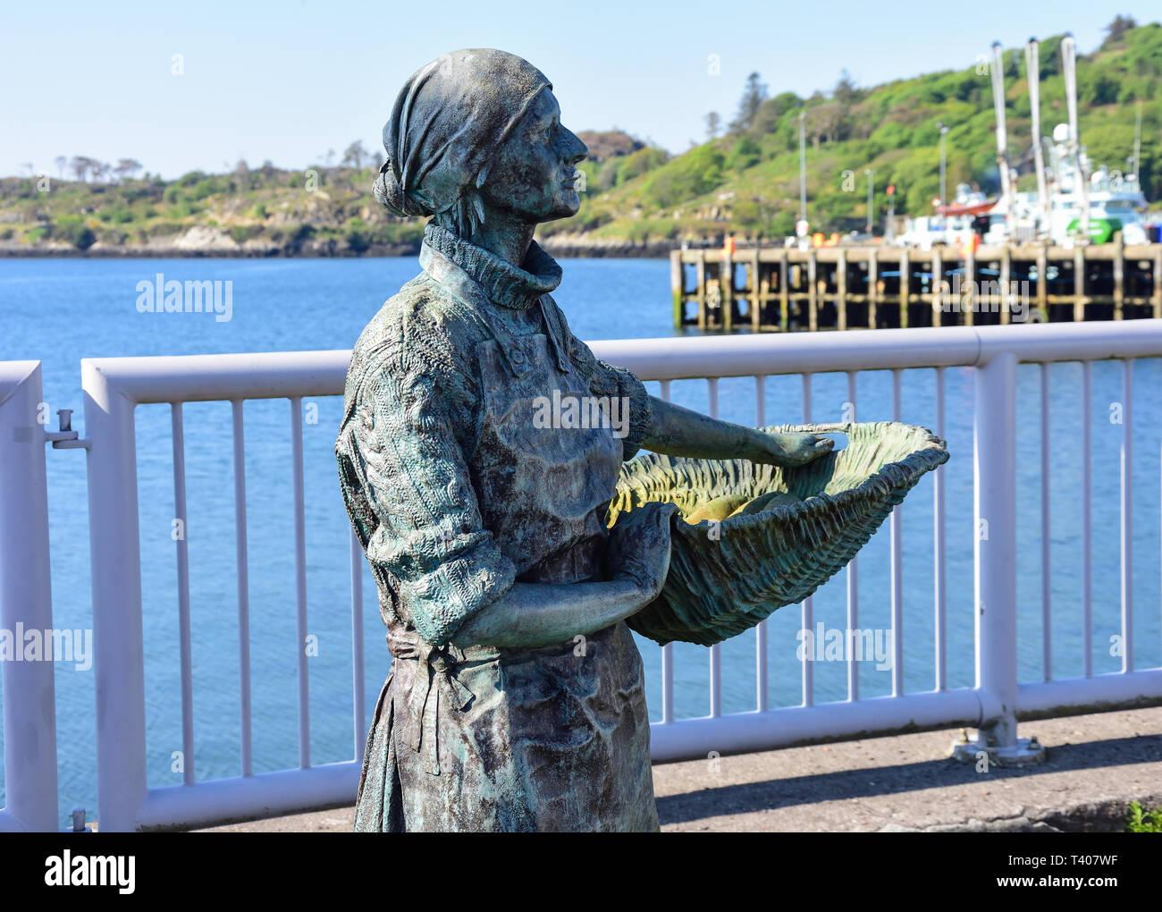 'Stornoway Herring Girl' statue on seafront, Stornoway, Isle of Lewis, Outer Hebrides, Na h-Eileanan Siar, Scotland, United Kingdom - Stock Image
