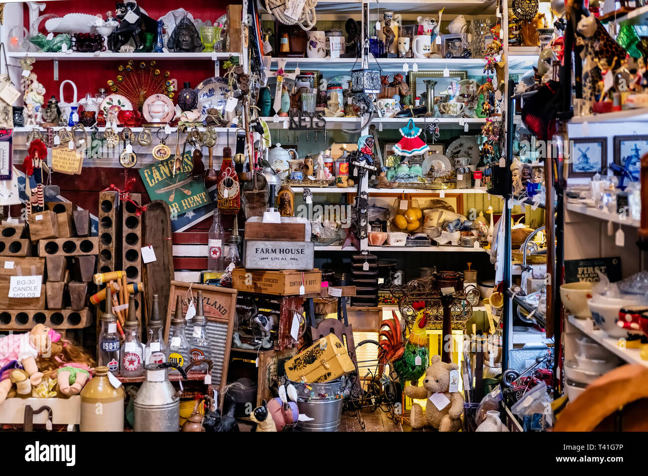 Antique store crowded with collectibles. - Stock Image