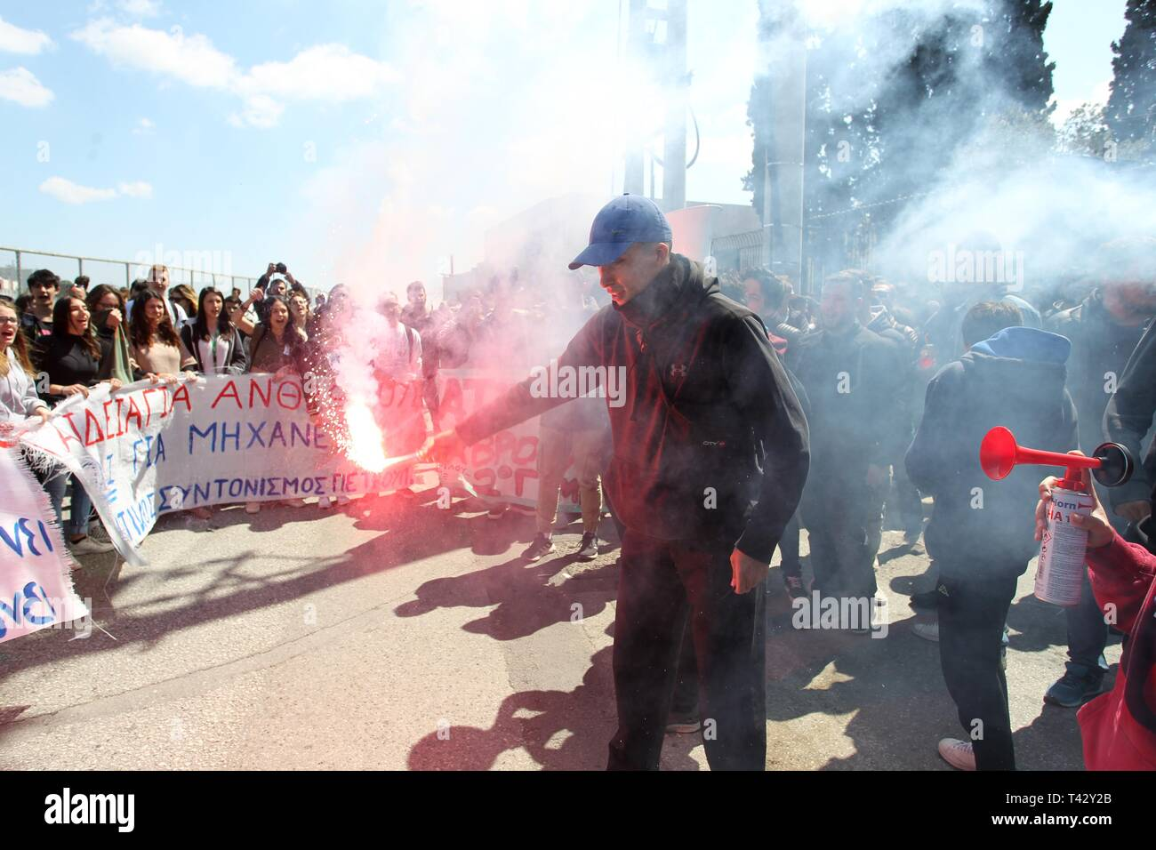 High-school students protest  against the new draft law on changes to admissions at examinations at university, outside the Ministry of Education. - Stock Image