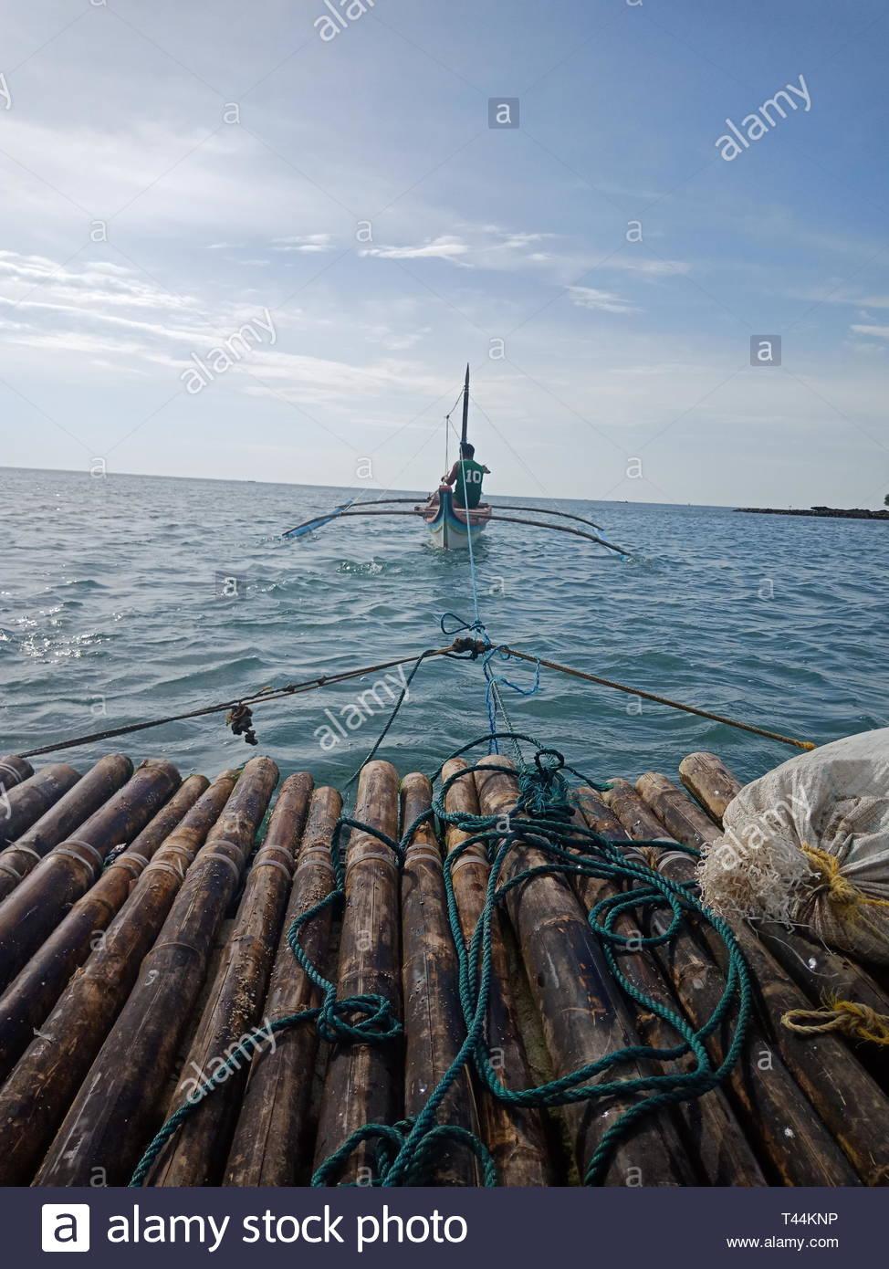 boat pulls raft and bag - Stock Image