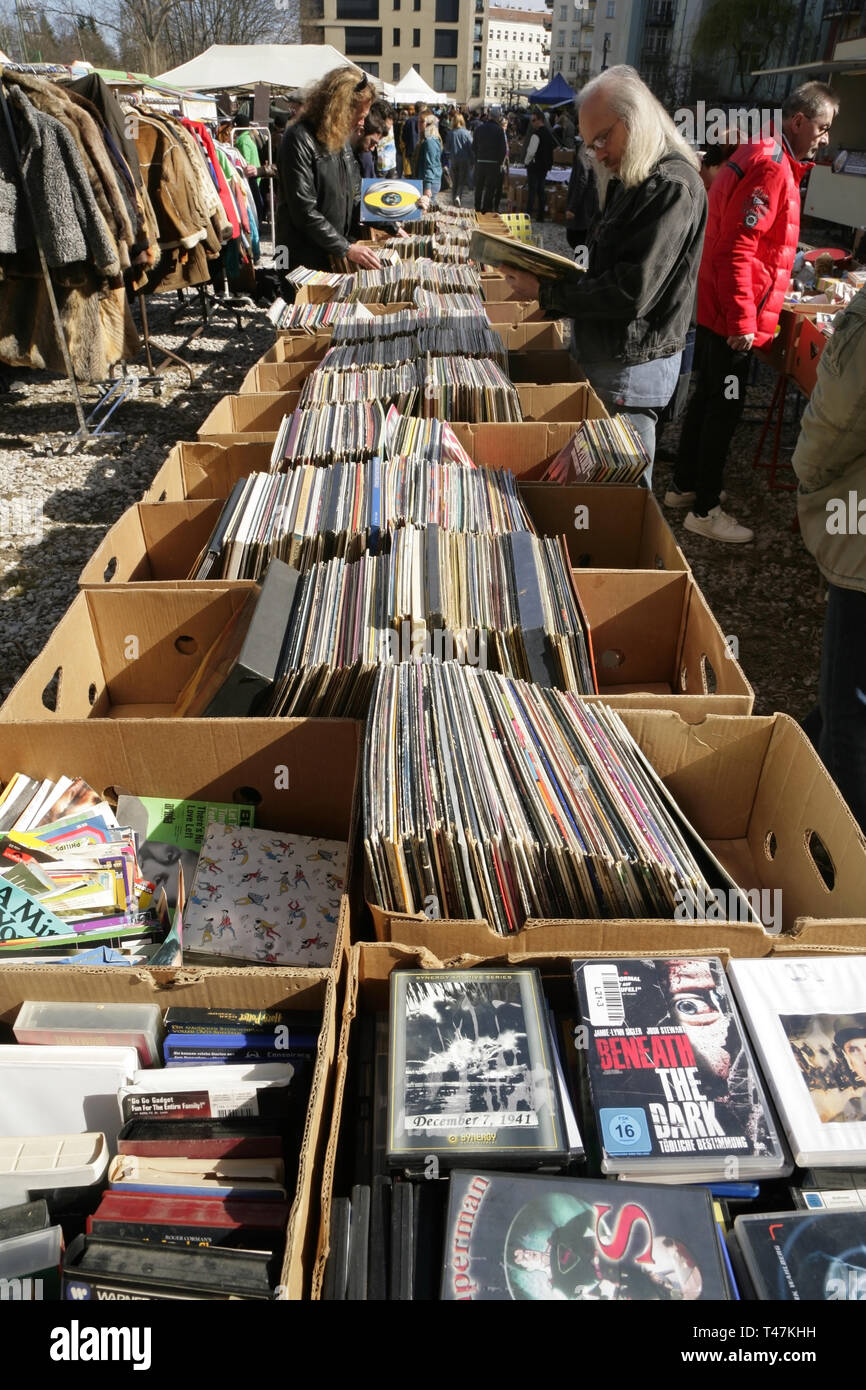 People browsing through old vinyl records at the Mauer Park fleamarket, Prenzlauer Berg, Berlin, Germany. - Stock Image
