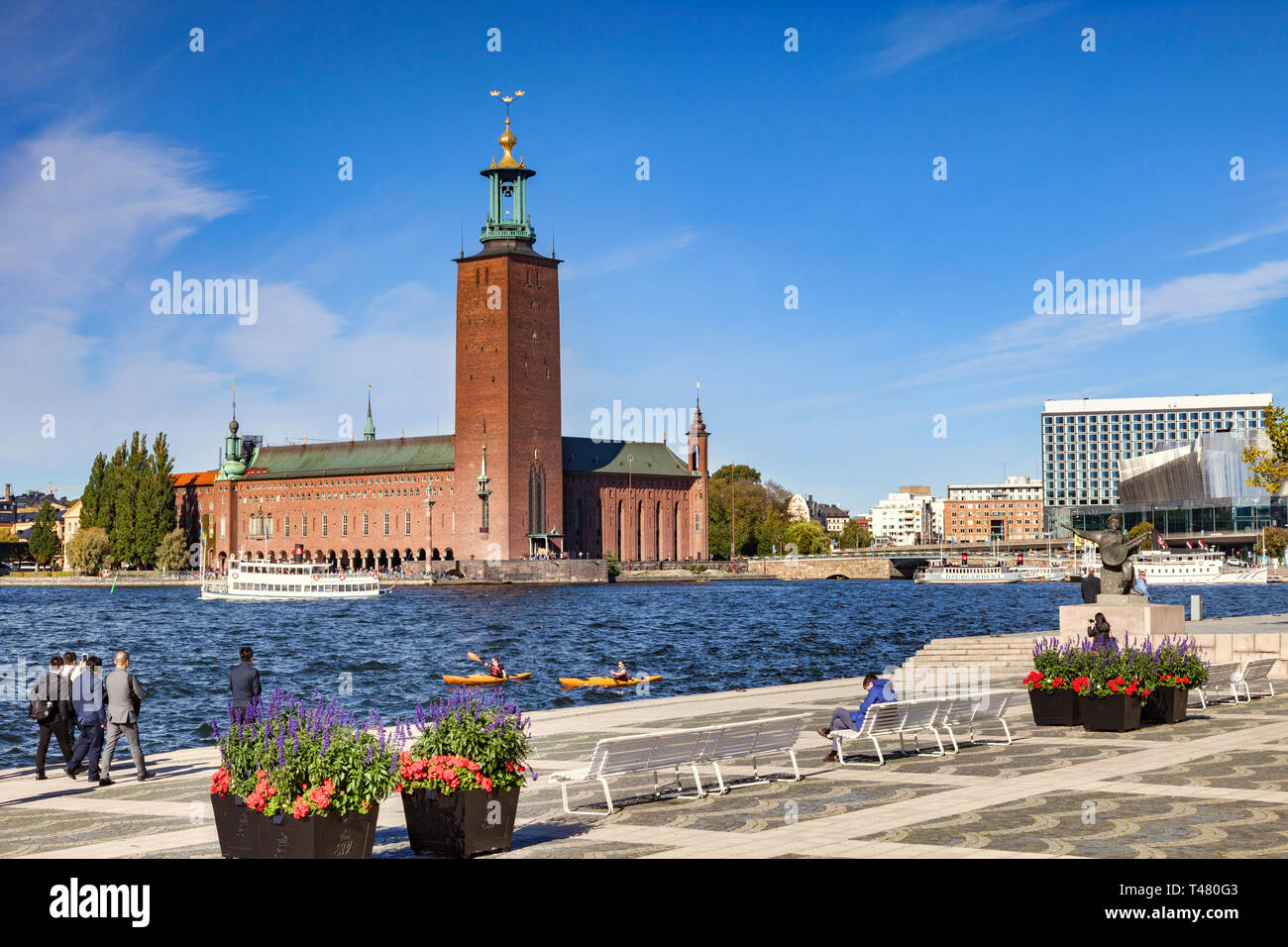 16 September 2018: Stockholm, Sweden - The City Hall, one of Sweden's most famous buildings, and home of the Nobel Banquet. Two kayaks in the water. - Stock Image