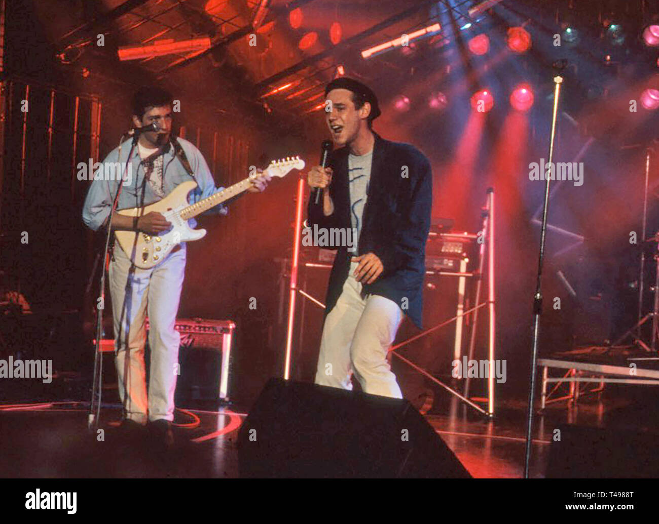 CURIOSITY KILLED THE CAT British pop band about about 1988 with lead singer Ben Volpeliere Stock Photo