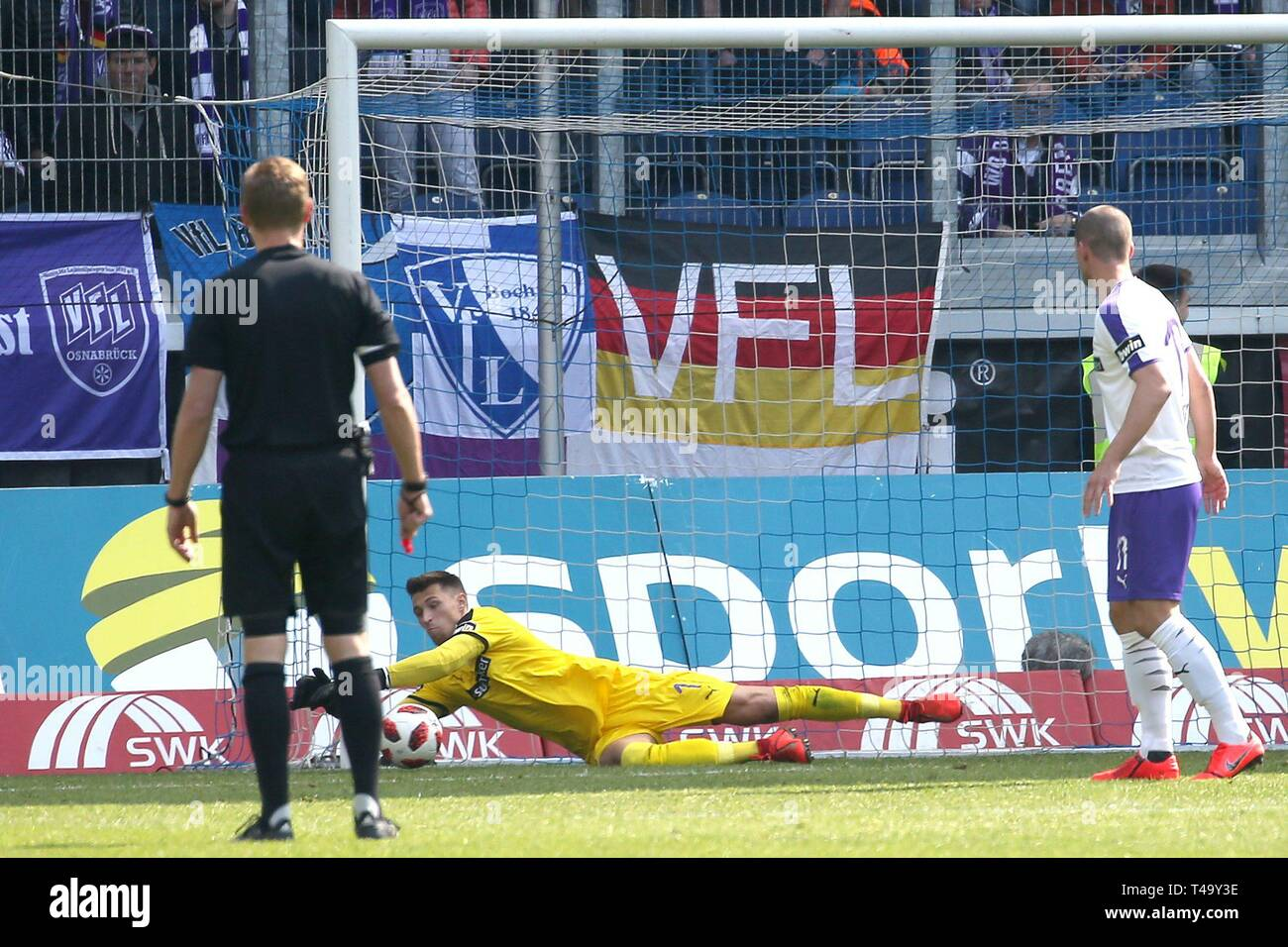 firo: 14.04.2019 Football, 3. Bundesliga, season 2018/2019 KFC Uerdingen 05 - VfL OsnabrÃ_ck goalkeeper Nils Körber (# 1, VfL OsnabrÃ_ck) Single action | usage worldwide - Stock Image