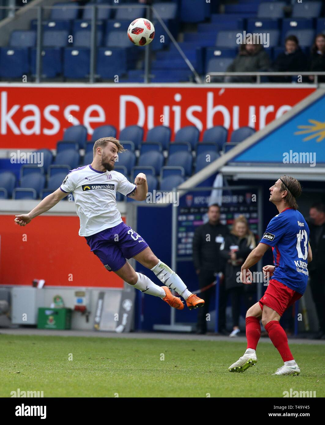 firo: 14.04.2019 Football, 3. Bundesliga, season 2018/2019 KFC Uerdingen 05 - VfL Osnabróck David Blacha (# 23, VfL OsnabrÃ_ck) in the header duel with Stefan Aigner (# 13, KFC Uerdingen 05) | usage worldwide - Stock Image