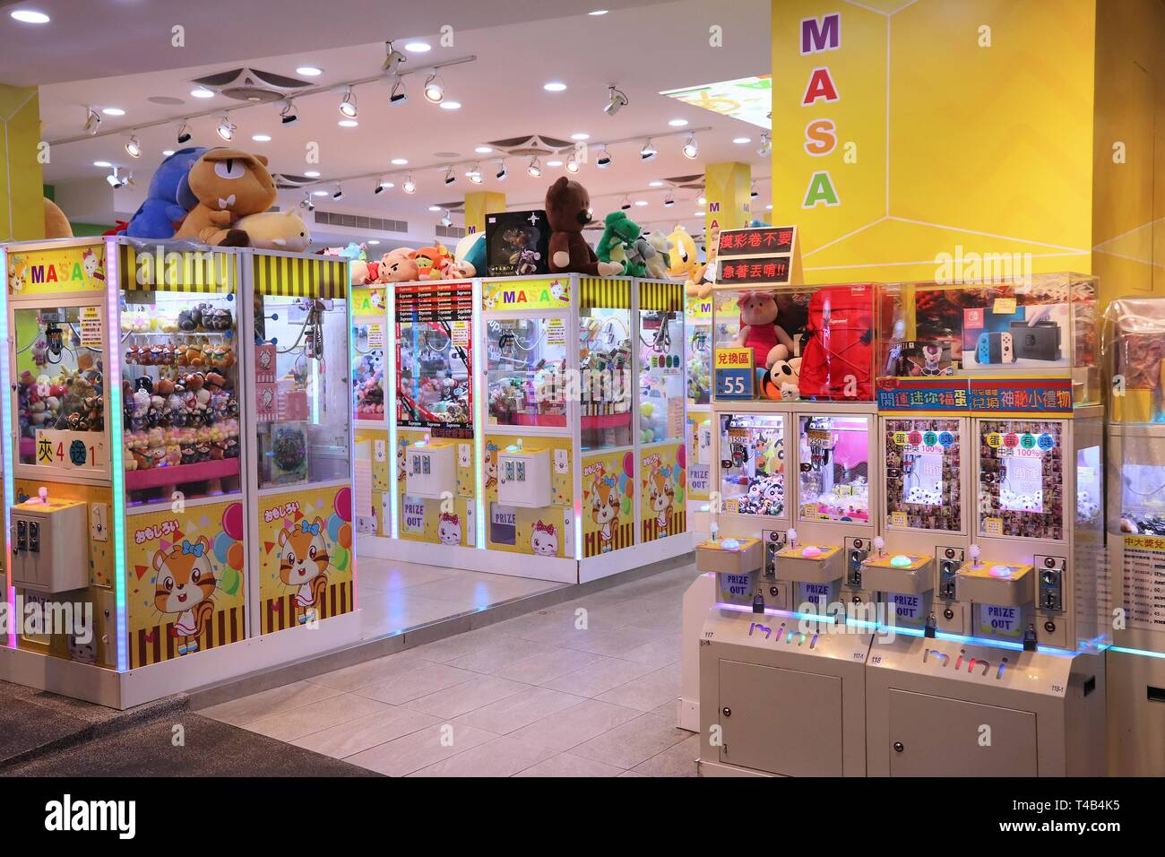 TAIPEI, TAIWAN - DECEMBER 3, 2018: Claw machine gaming parlor in Taipei, Taiwan. Claw machine arcades in Taiwan suddenly rose in numbers from 3,300 in - Stock Image