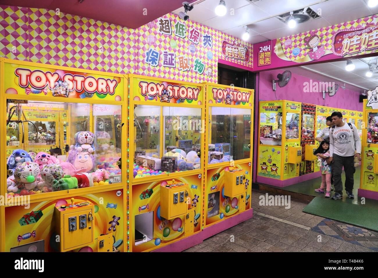 TAIPEI, TAIWAN - DECEMBER 4, 2018: Claw machine gaming parlor in Taipei, Taiwan. Claw machine arcades in Taiwan suddenly rose in numbers from 3,300 in - Stock Image