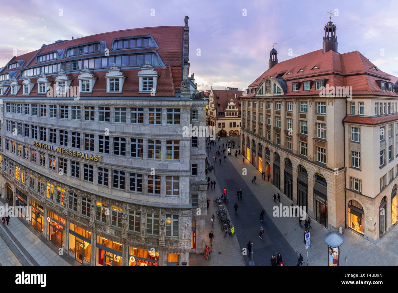 Leipzig Grimmaische Straße, Blick vom Galeria Kaufhof, Zentral-Messepalast, am Abend - Stock Image