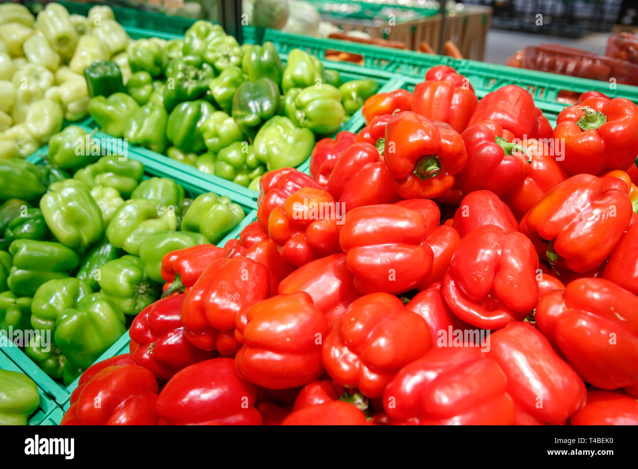 Unpacked, fresh and colourful peppers in a self-service supermarket. Zero-waste movement and philosophy, sustainable trade and organic grocery concept - Stock Image