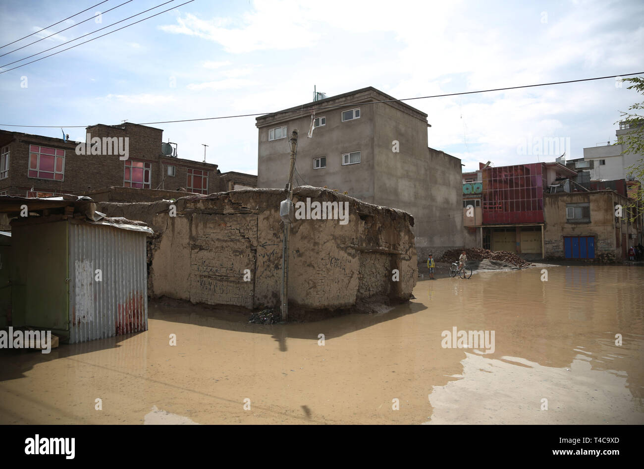 Kabul, Afghanistan. 16th Apr, 2019. Photo taken on April 16, 2019 shows houses surrounded by flood in Kabul, capital of Afghanistan. One person has been reported dead after the Kabul river flooded in the country's capital, where the government issued a warning asking people to leave flood-prone areas and houses located at the two banks of the river, as the rising overflow was uncontrollable. Credit: Rahmat Alizadah/Xinhua/Alamy Live News - Stock Image