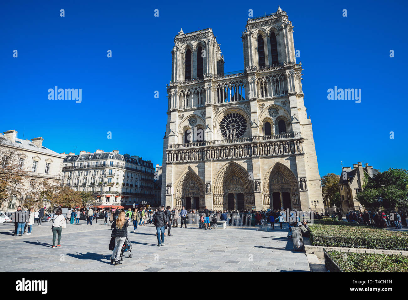 PARIS, FRANCE - OCTOBER 05, 2016: Notre Dame Cathedral and tourists visiting on sunny day - Stock Image