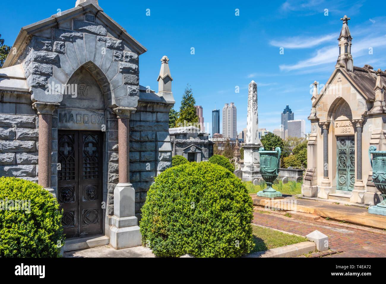 Historic Oakland Cemetery and downtown Atlanta city skyline in Atlanta, Georgia. (USA) - Stock Image