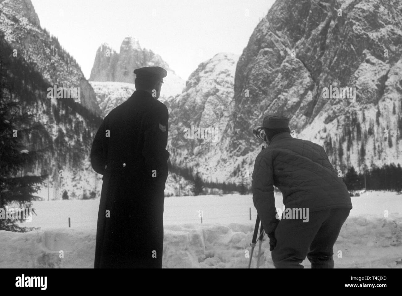 Observers watch the three mountaineers during their ascent at the northern face of the 'Große Zinne'. In the background the northern face of the 'Drei Zinnen' (undated archive picture from January 1963).   usage worldwide - Stock Image