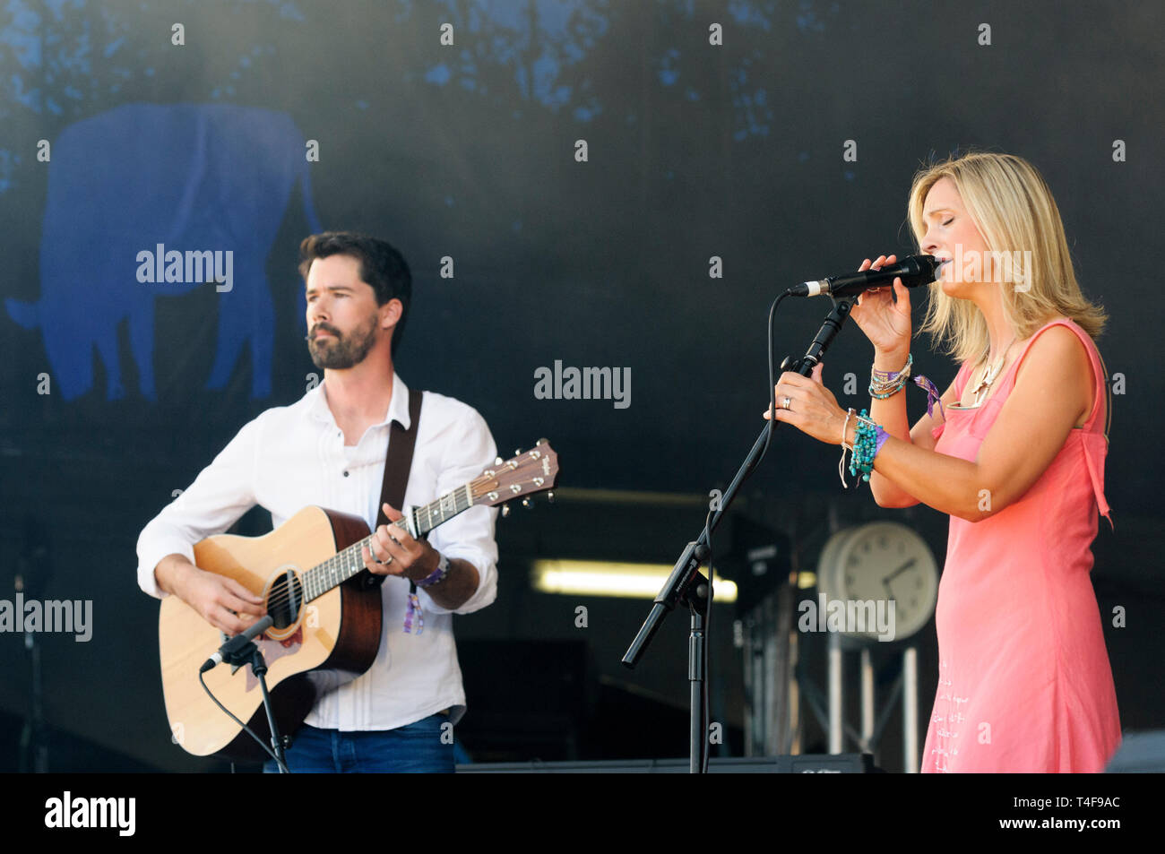 Sam Lakeman and Cara Dillon performing at the Cropredy Festival, UK. August 9, 2014. - Stock Image