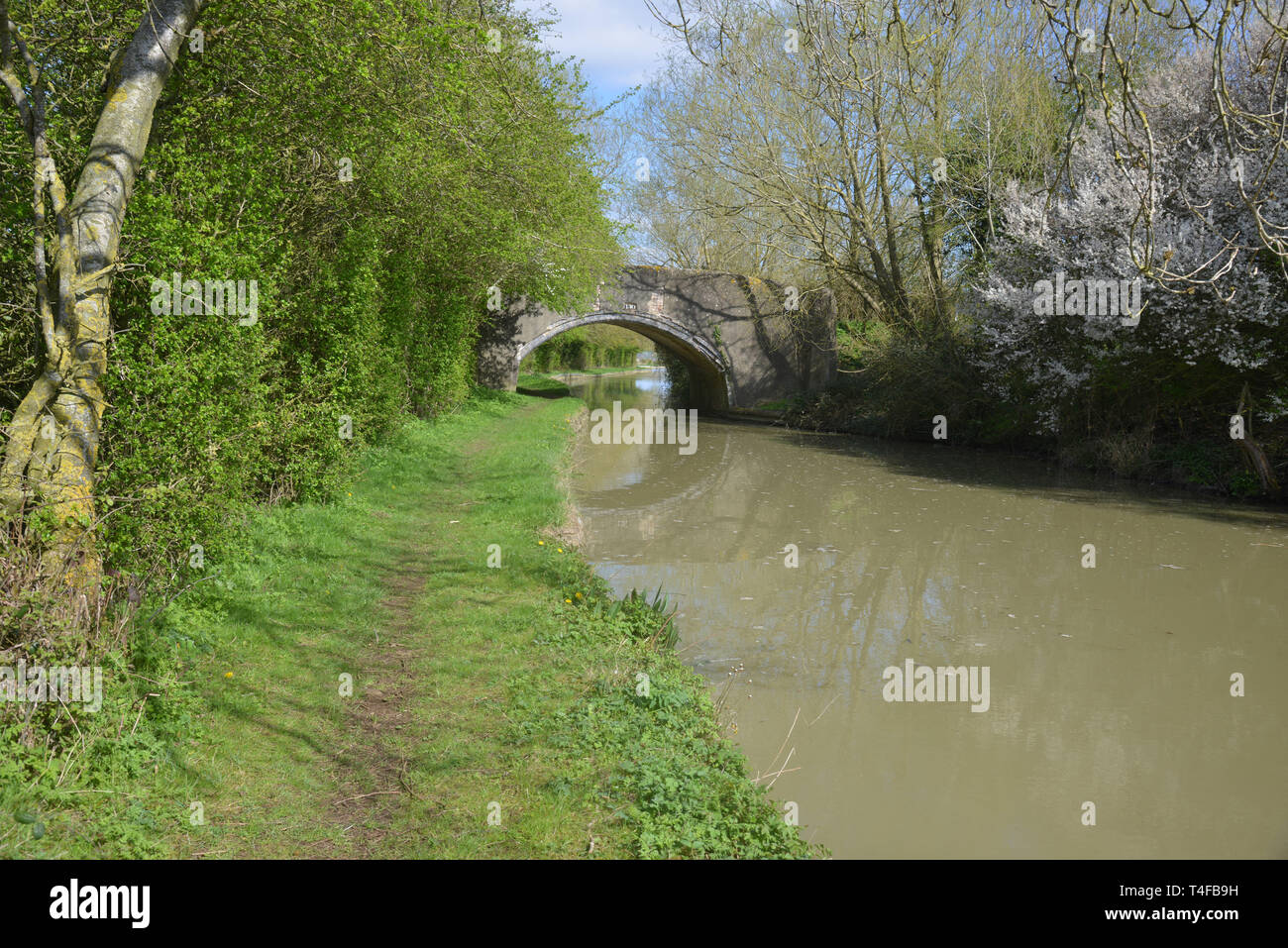 The Oxford Canal meanders through the Warwickshire countryside near the village of Wormleighton Stock Photo