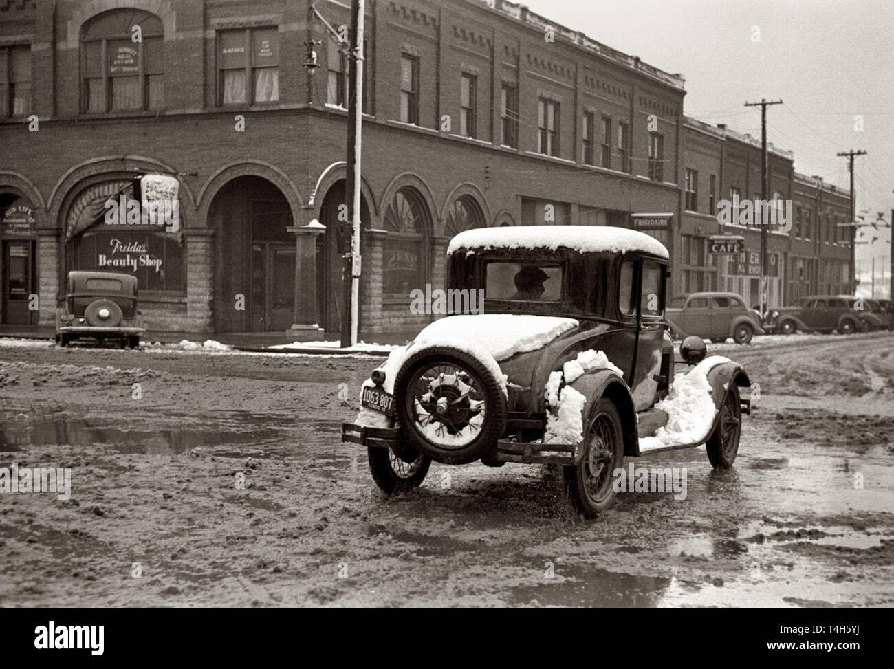 Vintage cars from the 1930s and 40s presented in a photo from the time period - Stock Image