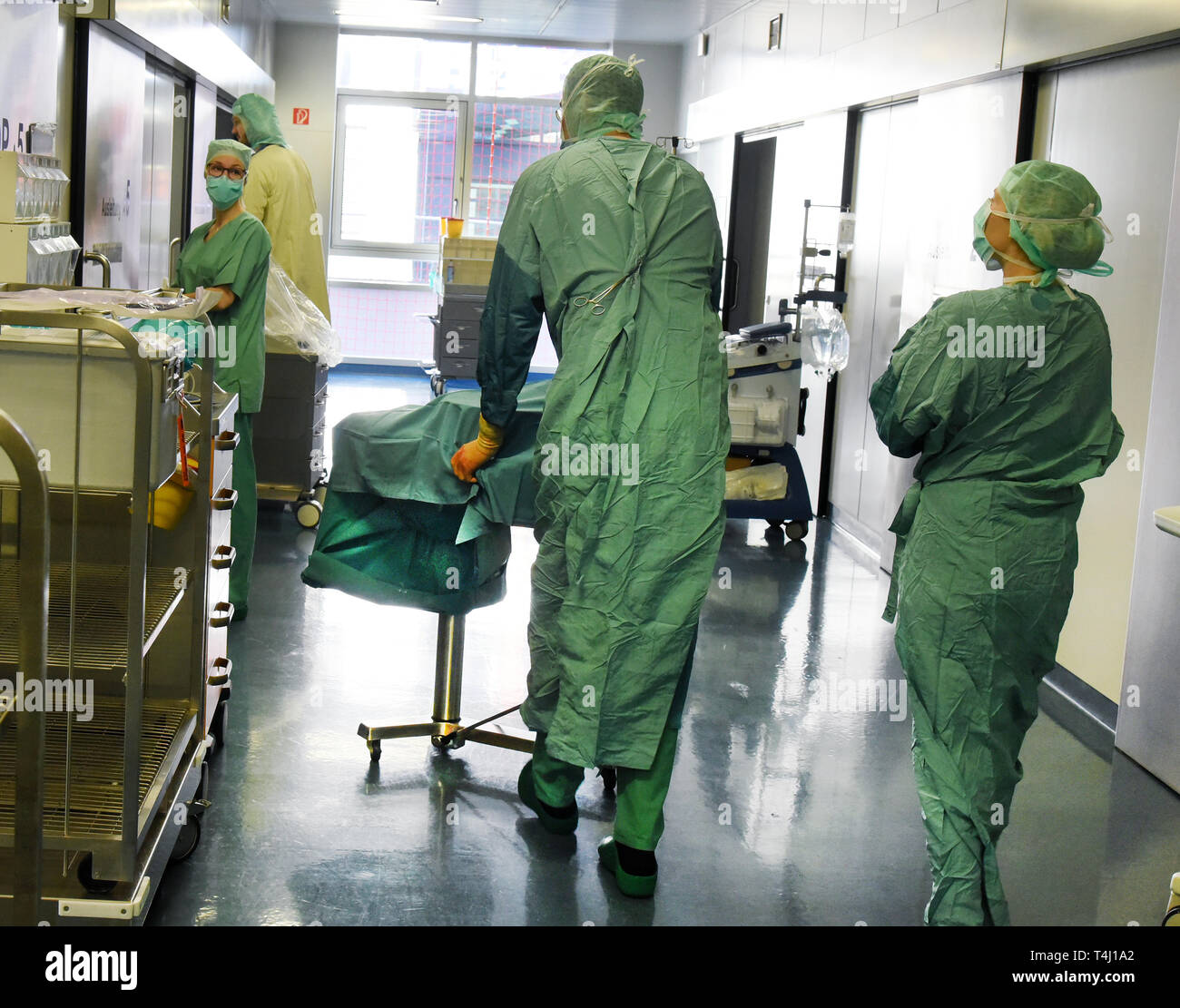 Leipzig, Deutschland. 20th Mar, 2019. 20.03.2019, Saxony, Leipzig: In the transplant center at the University Hospital, a kidney taken from a healthy donor a few minutes ago is transported to the after-surgery room in a sterile container for transplantation for the recipient. In the Transpantation Center, which was founded in 1993, more than 1040 livers and over 1000 kidneys could be transplanted in the past 25 years. Credit: Waltraud Grubitzsch/dpa-Zentralbild/ZB | usage worldwide/dpa/Alamy Live News - Stock Image