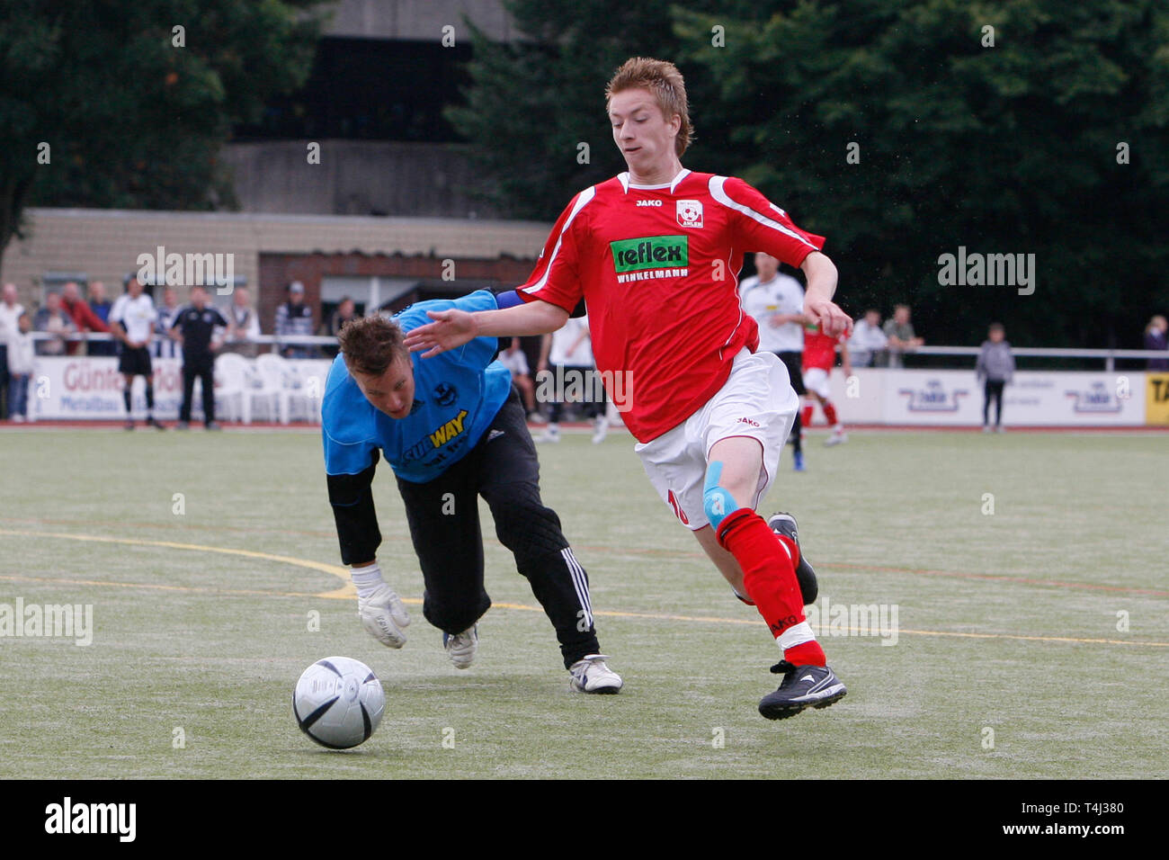Marco REUS, right, RW Ahlen, versus goalkeeper Christian SPLETT, Vorwaerts Ahlen, in a test match vs Vorwaerts Ahlen, action, duels, football, Marco REUS as a young player for RW Ahlen. | usage worldwide - Stock Image