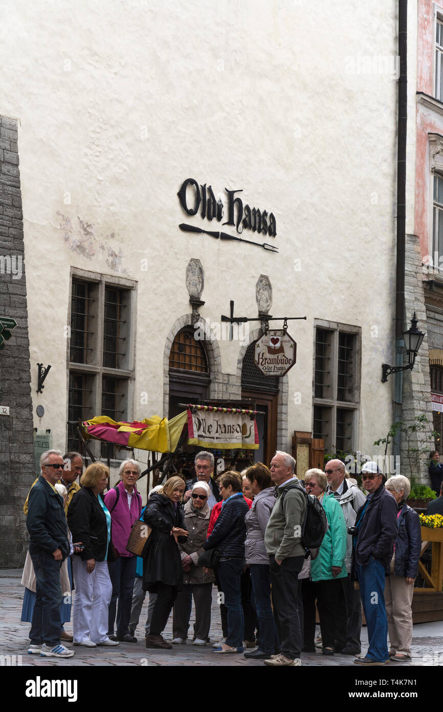 Group of Tourists in front of Old Hansa Restaurant in Tallinn Old Town - Stock Image