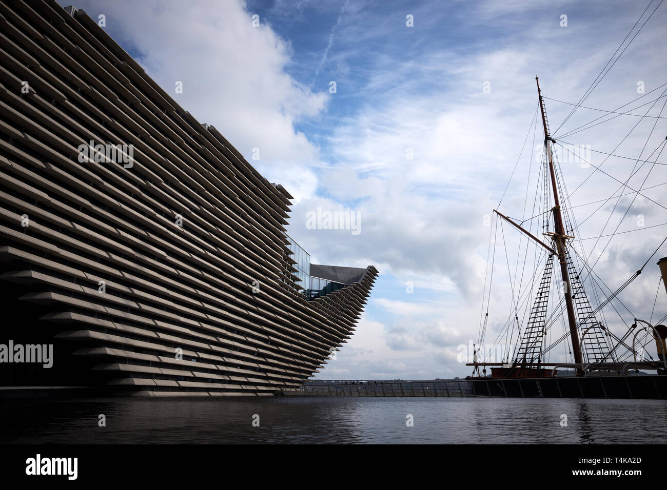 The exterior of the Victoria & Albert Museum in Dundee, Scotland next to the RRS Discovery wooden auxiliary steam ship. - Stock Image