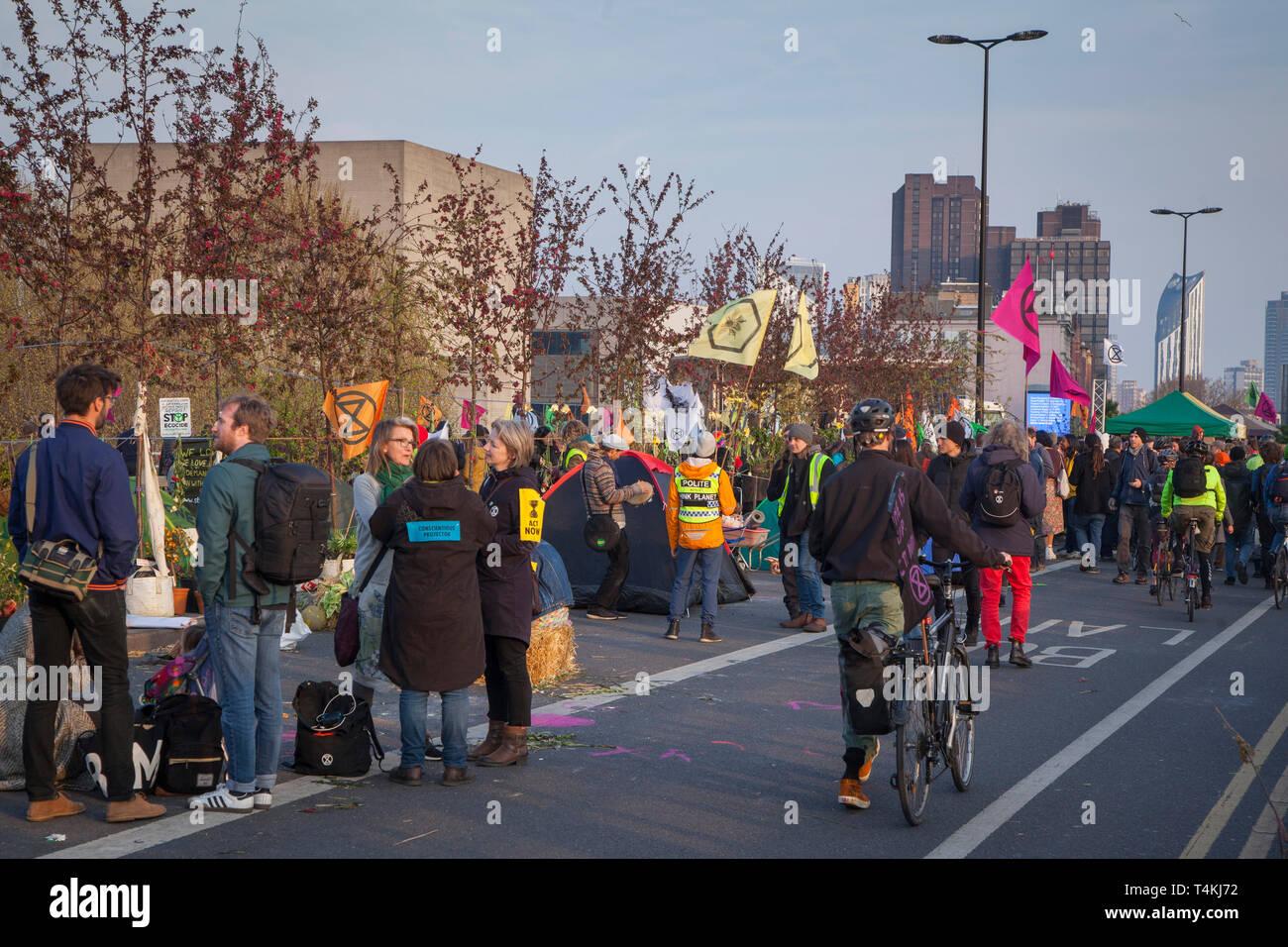 Protestors gather on Waterloo Bridge for the Extinction Rebellion demonstration - Stock Image