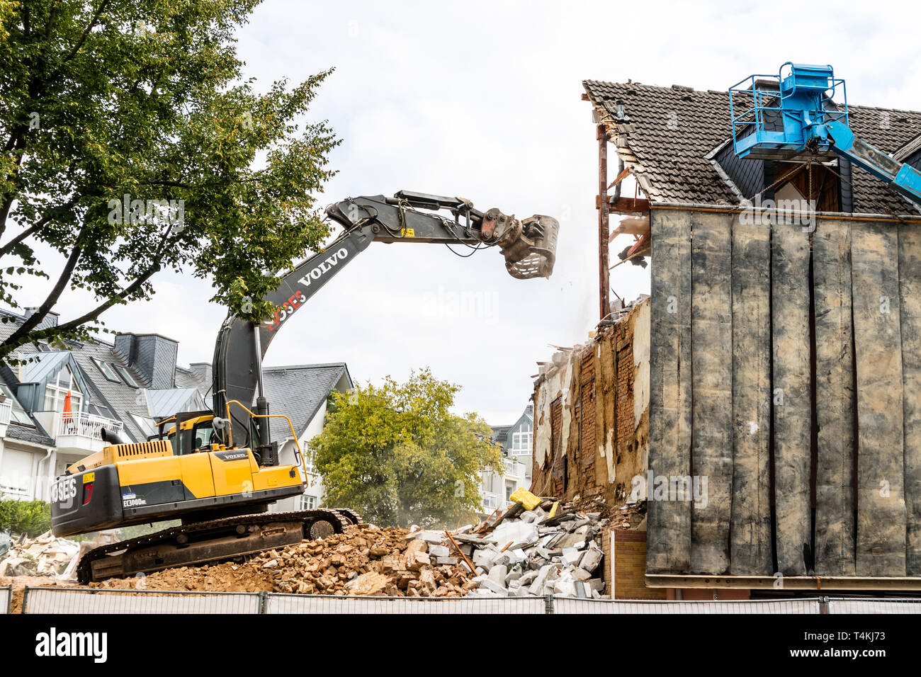 Excavator working at the demolition of a house, construction site - 15th of August 2018, Idstein (Taunus), Hessia, Germany, Europe - Stock Image
